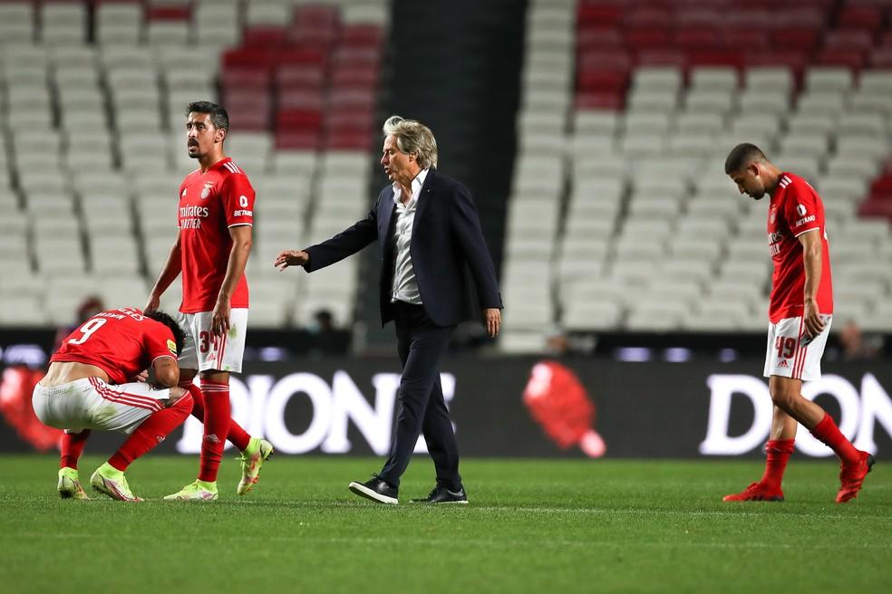 Jorge Jesus consola jogadores do Benfica depois da derrota no Estádio da Luz — Foto:  EFE/EPA/MANUEL DE ALMEIDA