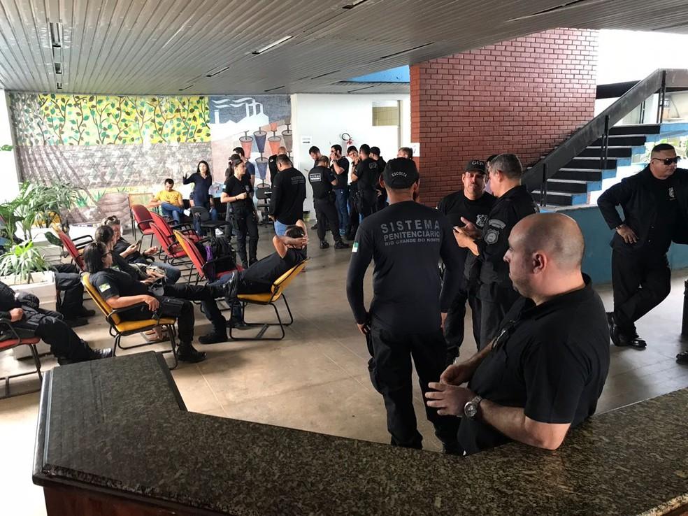 Agentes penitenciários ocuparam sede da Secretaria de Justiça e Cidadania na manhã desta quarta-feira (20), exigindo mudanças no projeto que cria plano de níveis da categoria (Foto: Kleber Teixeira/Inter TV Cabugi)
