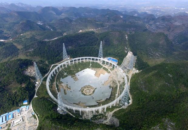 O FAST maior radiotelescópio do mundo localizado na China, durante sua construção (Foto: VCG/VCG via Getty Images)