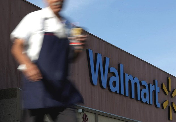 Funcionário caminha diante de loja da rede Walmart em Monterey, no México (Foto: Daniel Becerril/Reuters)
