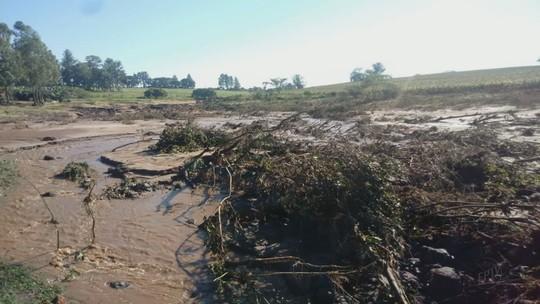 Rompimento de açude eleva nível de água em rio e assusta moradores de Brotas, SP