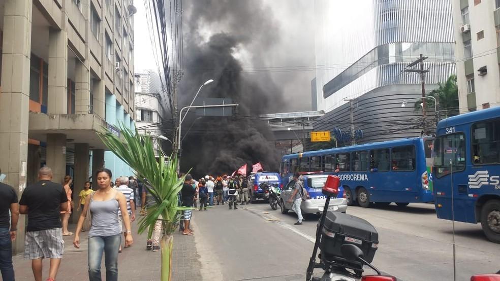 Protesto bloqueia dois sentidos da Avenida Conde da Boa Vista, no Centro do Recife (Foto: Reprodução/WhatsApp)