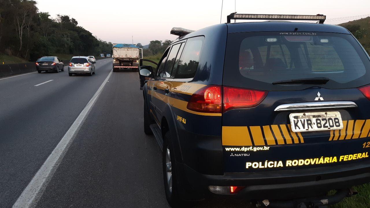 Caminhoneiro sem CNH e com mandado de prisão em aberto é preso na Via Dutra, em Piraí - Notícias - Plantão Diário