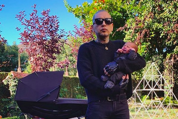 O músico Rafael Reyes com o filho dele com a tatuadora Kat Von D (Foto: Instagram)