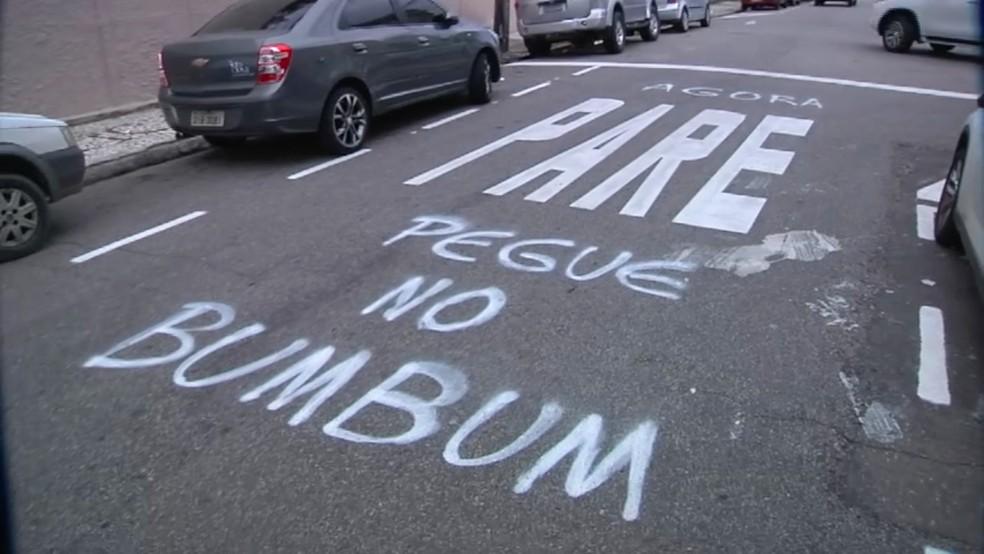 Pichação foi feita em rua de Fortaleza durante o fim de semana, diz testemunha (Foto: TV Verdes Mares/Reprodução)