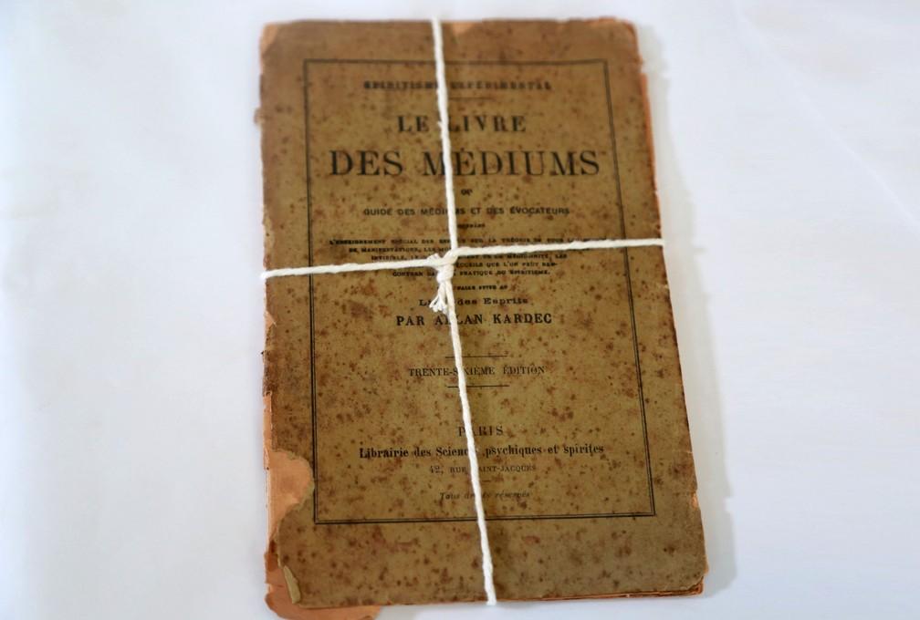 Livro dos Médiuns, por Allan Kardec, é um dos materiais raros encontrados que será exibido na exposição. — Foto: Ruth Gobbo/Fundação Cultural de Uberaba