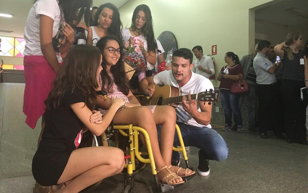 Cantor Israel Novaes fez questão de visitar a fã, Isadora de Morais, em centro de reabilitação (Foto: Vanessa Martins/G1)