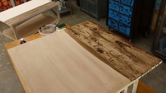 Aprenda a renovar móveis usados com técnica que imita textura da madeira
