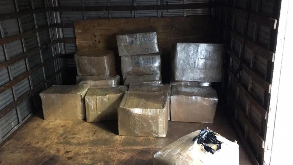Caixas de maconha são encontradas dentro de caminhão em rodovia de Porangaba — Foto: Polícia Militar Rodoviária/Divulgação