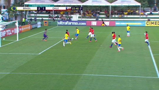 Após tabela, Felipe fica com a bola e finaliza, mas Fierro defende, aos 22' do 2º Tempo