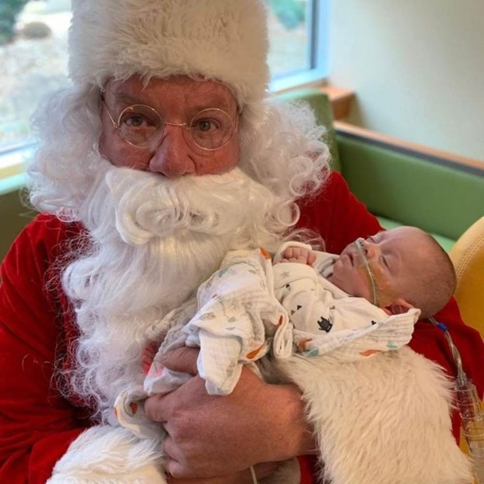 Ele também recebeu a visita do Papai Noel — Foto: JAIMIE E JOHN FLORIO