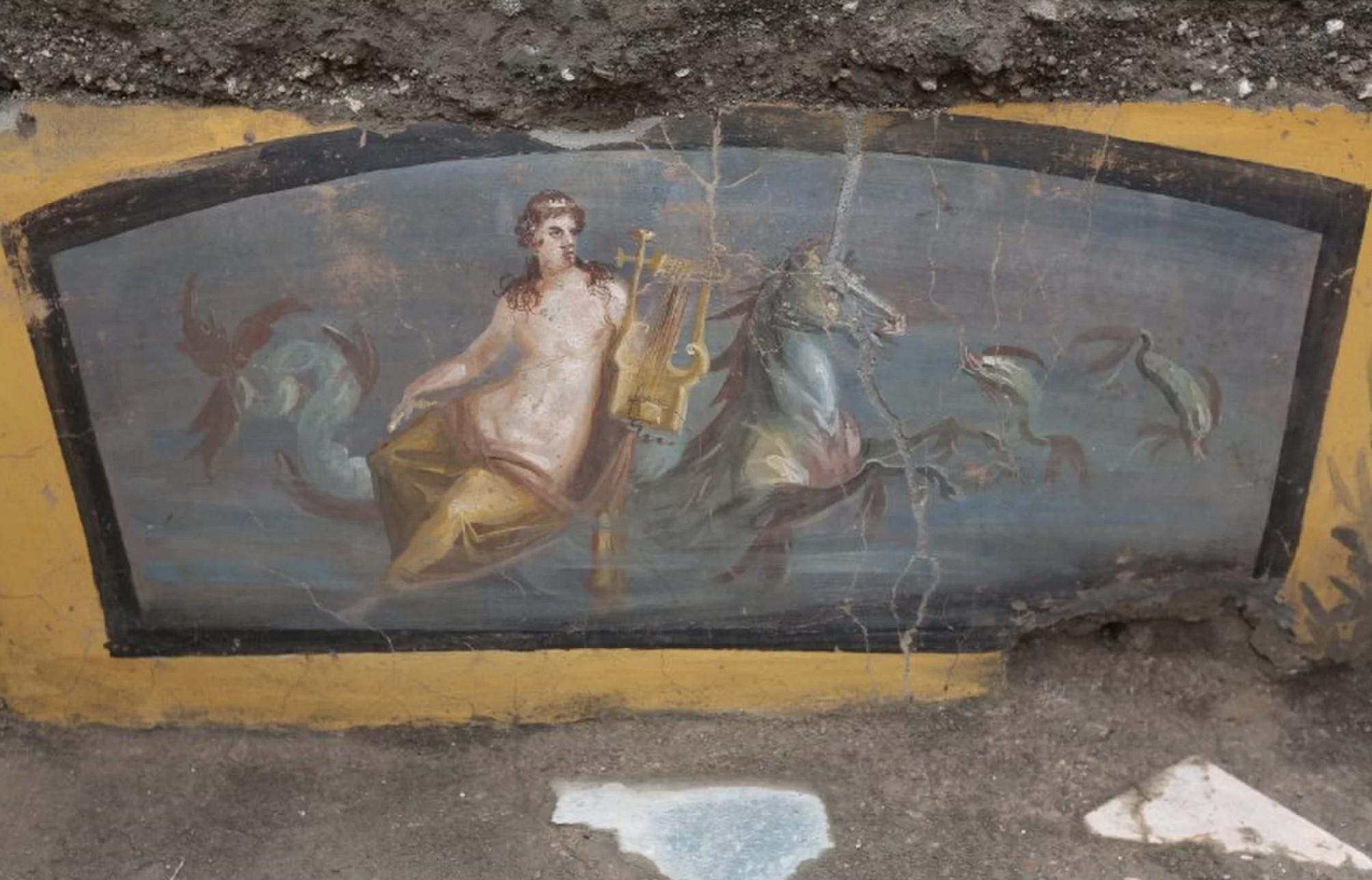 Placa com ninfa seminua é encontrada em escavação (Foto: Archaeological Park of Pompeii/ Reprodução)