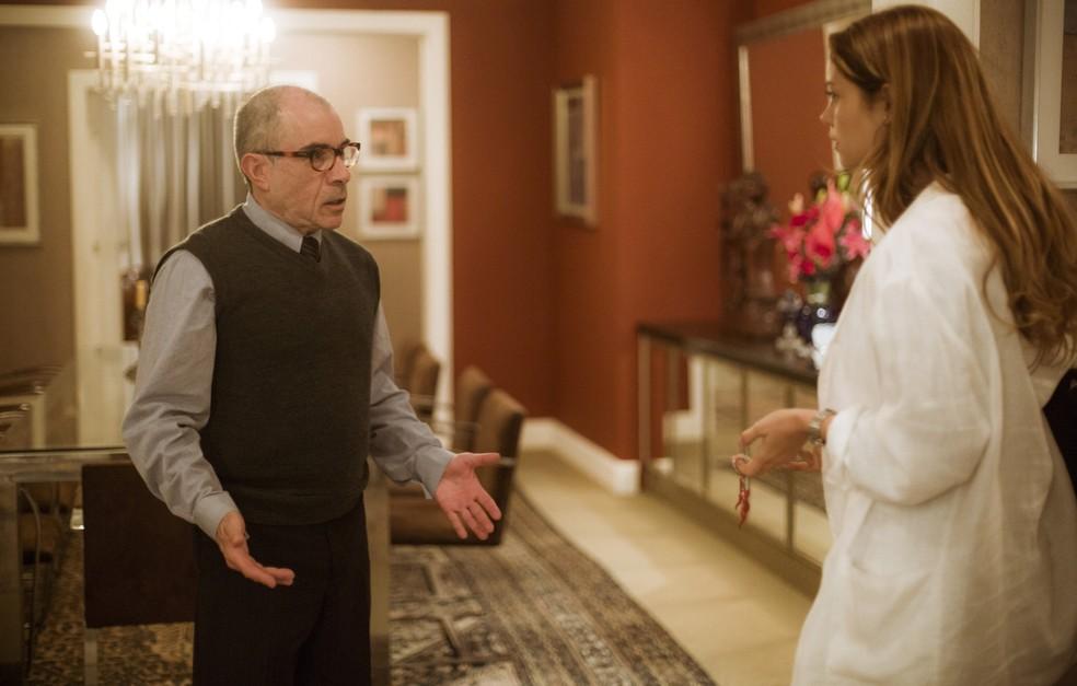 Alice chega do encontro com Renato e Sandoval a recebe em casa (Foto: Raphael Dias/Gshow)