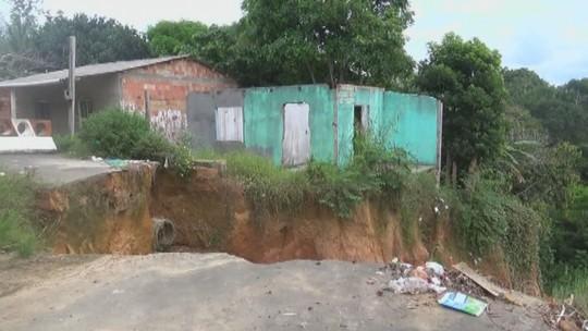 Casas próximas a buraco causado por erosão correm risco de desabar, no AM
