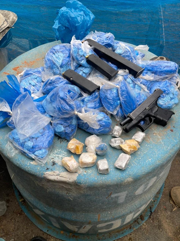 Jovem é preso e adolescentes apreendidos por tráfico de drogas em Três Rios — Foto: Divulgação/Polícia Militar