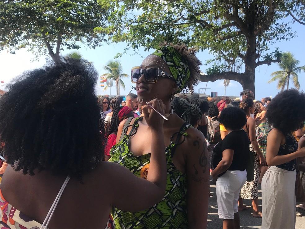 Mulheres negras fazem marcha em Copacabana, no Rio de Janeiro — Foto: Lívia Torres/TV Globo