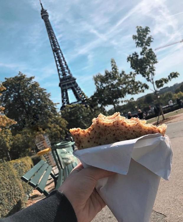 Carla Diaz lancha perto da Torre Eiffel, famoso cartão-postal francês (Foto: Reprodução/Instagram)