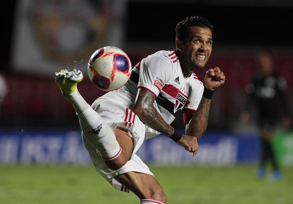 Daniel Alves encontrou poucos espaços durante a primeira etapa de partida — Foto: Rubens Chiri/saopaulofc.net