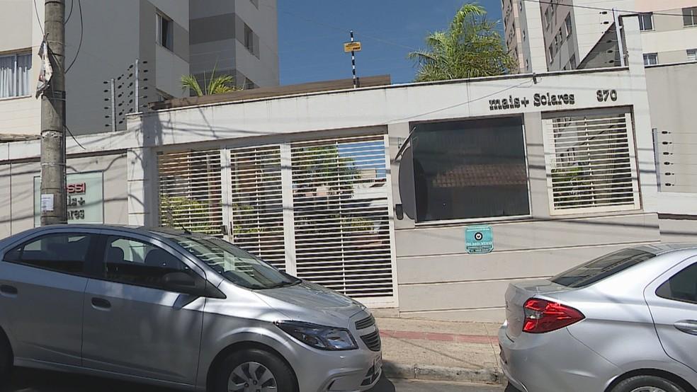Manina cai do 9º andar de prédio no Condomínio Solares, em Belo Horizonte — Foto: Reprodução/TV Globo