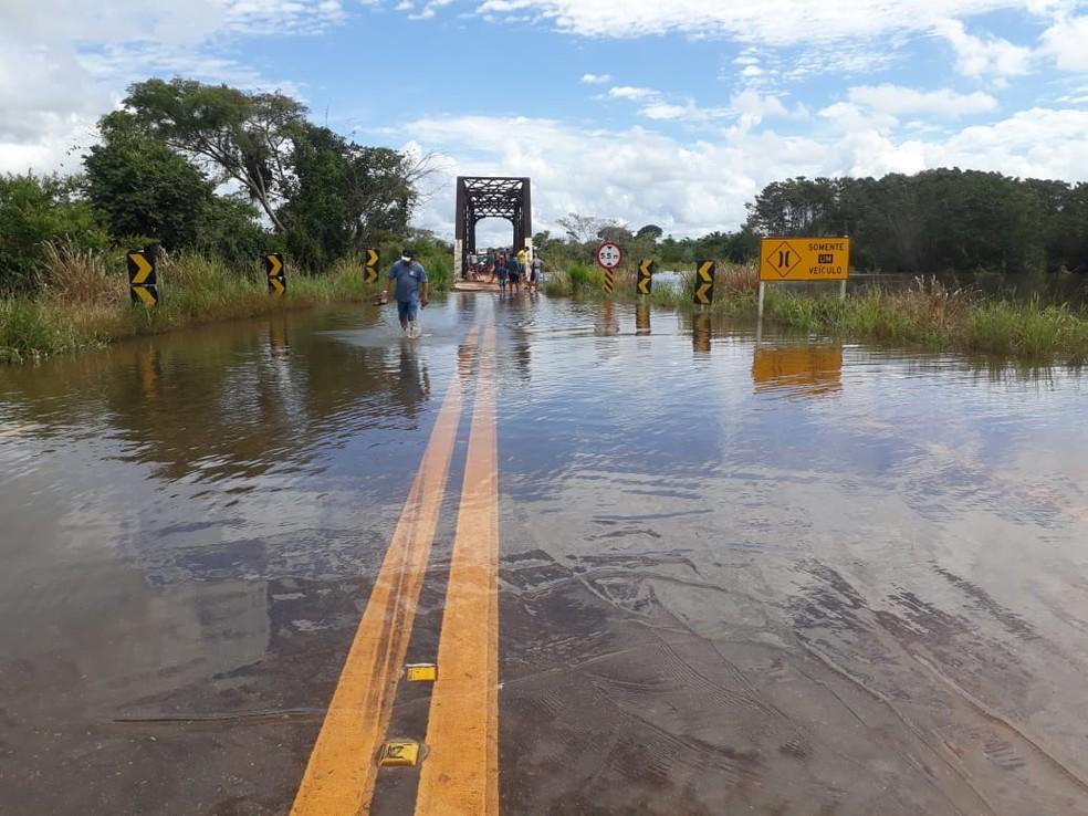 Rio Araras está 25 centímetros acima do nível da ponte — Foto: Dnit/Divulgação