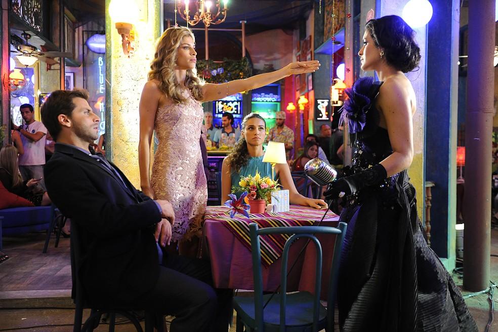 Ester (Grazi Massafera) reage ao ver Cristal (Moro Anghileri) se insinuando para  Cassiano (Henri Castelli) - 'Flor do Caribe' — Foto: Estevam Avellar/Globo