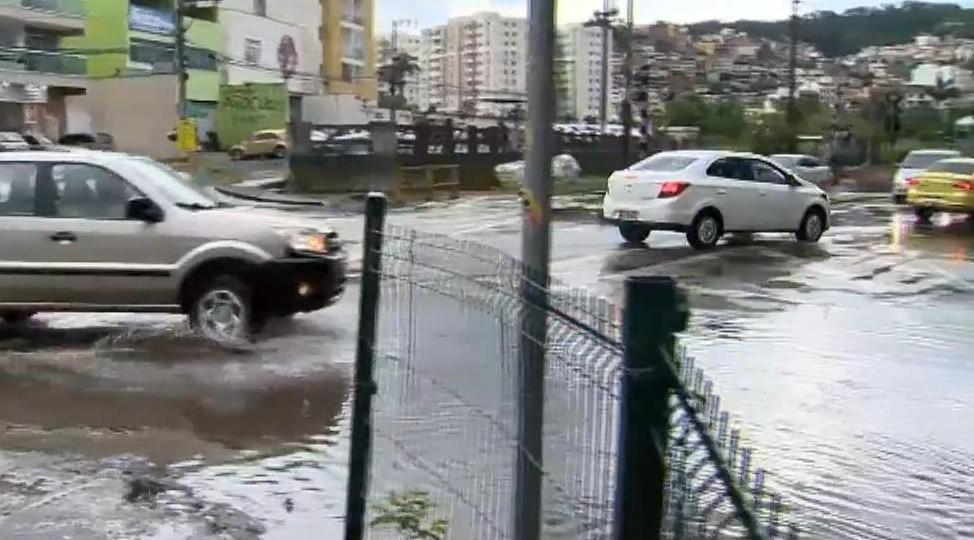Alagamentos são registrados durante chuva na tarde desta sexta-feira em Juiz de Fora; veja vídeo