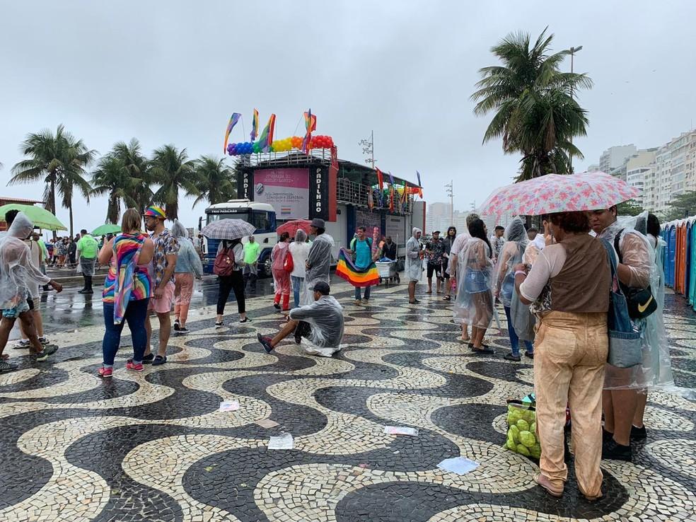 Chuva não desamina público que vai à Copacabana acompanhar a 24ª Parada LGBTI do Rio — Foto: Matheus Rodrigues/G1