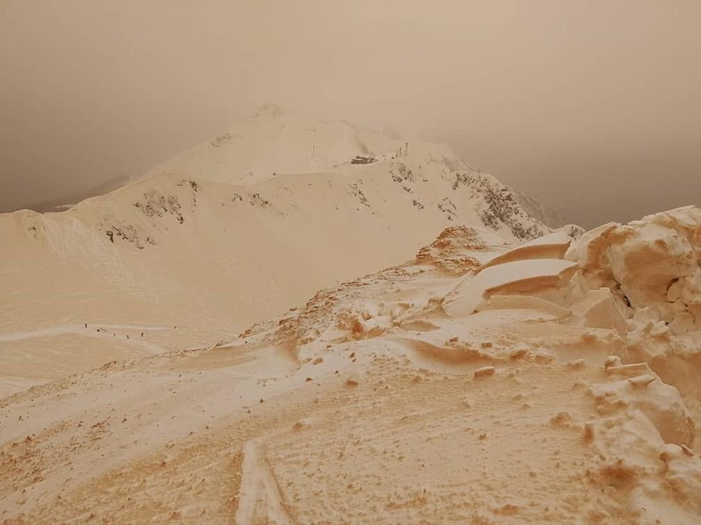 Segundo metereologistas, aspecto alaranjado da neve é registrado a cada cinco anos (Foto: Margarita Alshina)