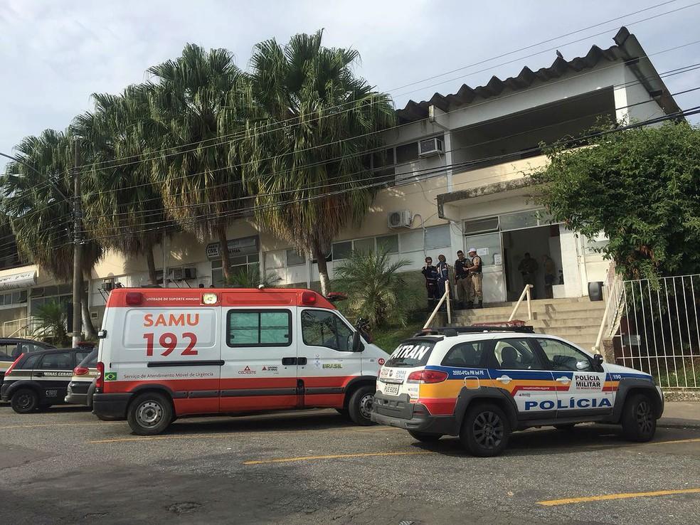 Médico foi detido, passou mal e Samu foi chamado para levá-lo ao HPS de Juiz de Fora (Foto: Marcus Pena/G1)