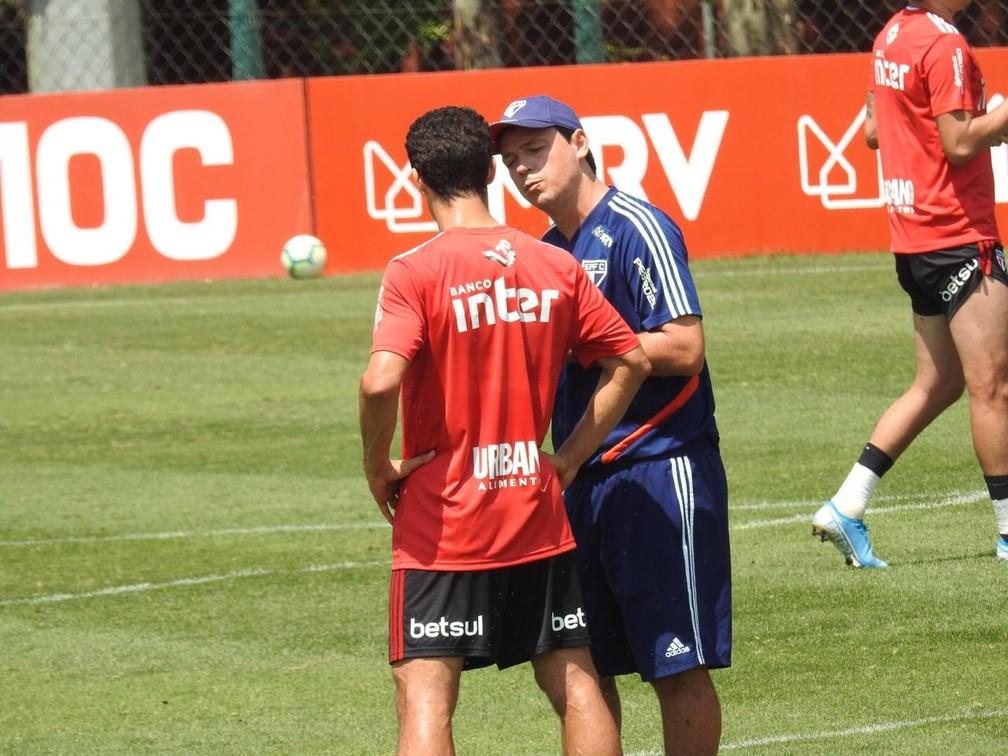 Fernando Diniz conversa com Hernanes no São Paulo — Foto: Marcelo Hazan