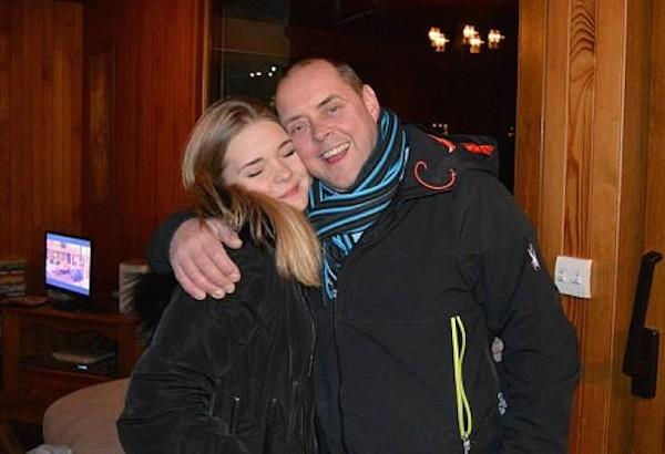 A atleta britânica de snowboard Ellie Soutter com o pai (Foto: Facebook)