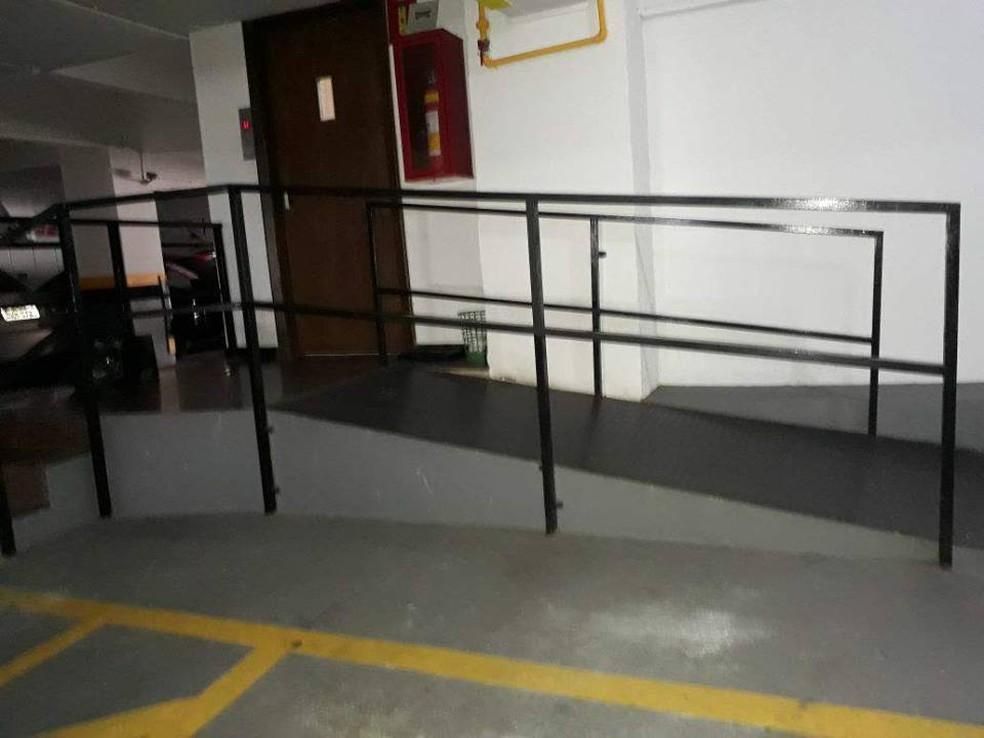 Rampa de acesso é íngreme e Ana não consegue acessar os elavadores sem ajuda de terceiros (Foto: Ana Baêta/ Arquivo Pessoal)