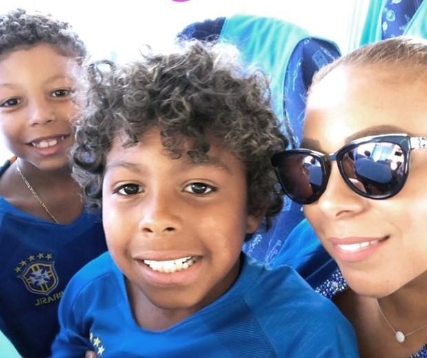Belle Silva, mulher de Thiago Silva, com os filhos ainda no avião  (Foto: Reprodução/Instagram)