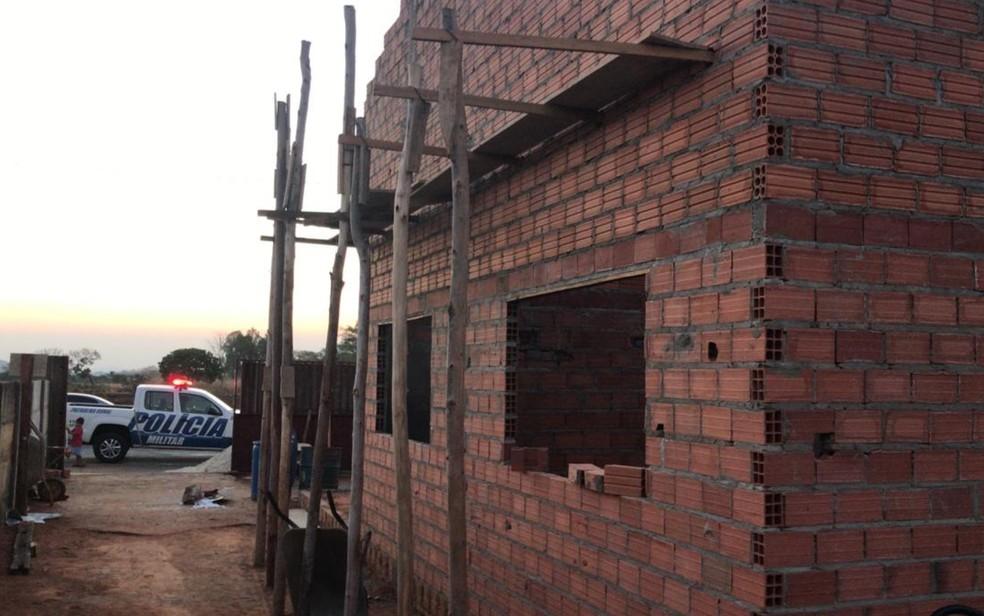 PMs de folga fazem mutirão para construir casa para família, em Goianésia — Foto: Arquivo pessoal/Alexandre Fernandes de Castro