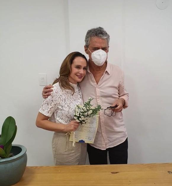 Chico Buarque e Carol Proner se casam em Petrópolis, no RJ