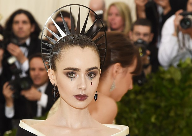 NEW YORK, NY - MAY 07:  Lily Collins attends the Heavenly Bodies: Fashion & The Catholic Imagination Costume Institute Gala at The Metropolitan Museum of Art on May 7, 2018 in New York City.  (Photo by Jamie McCarthy/Getty Images) (Foto: Getty Images)