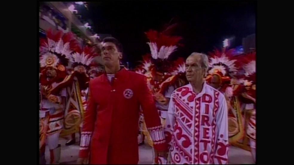 Maninho e o pai Miro Garcia durante desfile do Salgueiro no carnaval — Foto: Reprodução/ TV Globo