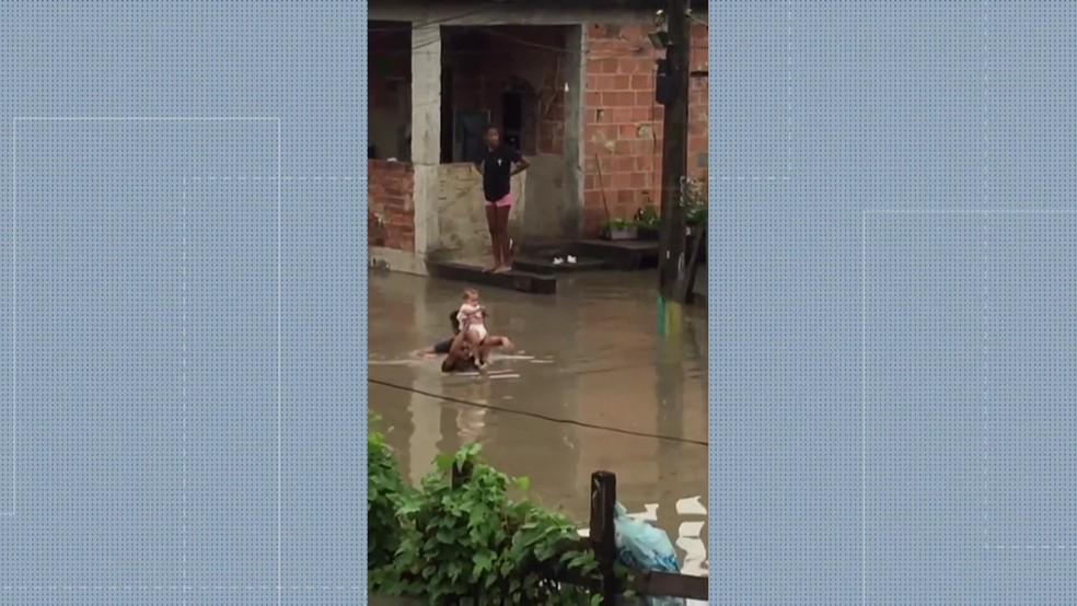 Bebê resgatado em São Gonçalo — Foto: Reprodução/TV Globo