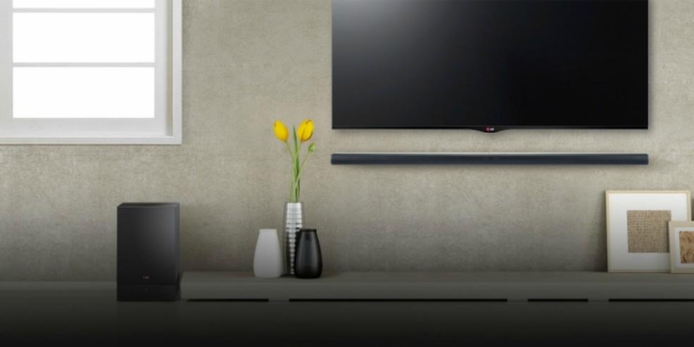 Soundbar tem vantagem de ocupar pouco espaço na sala  — Foto: Divulgação/LG