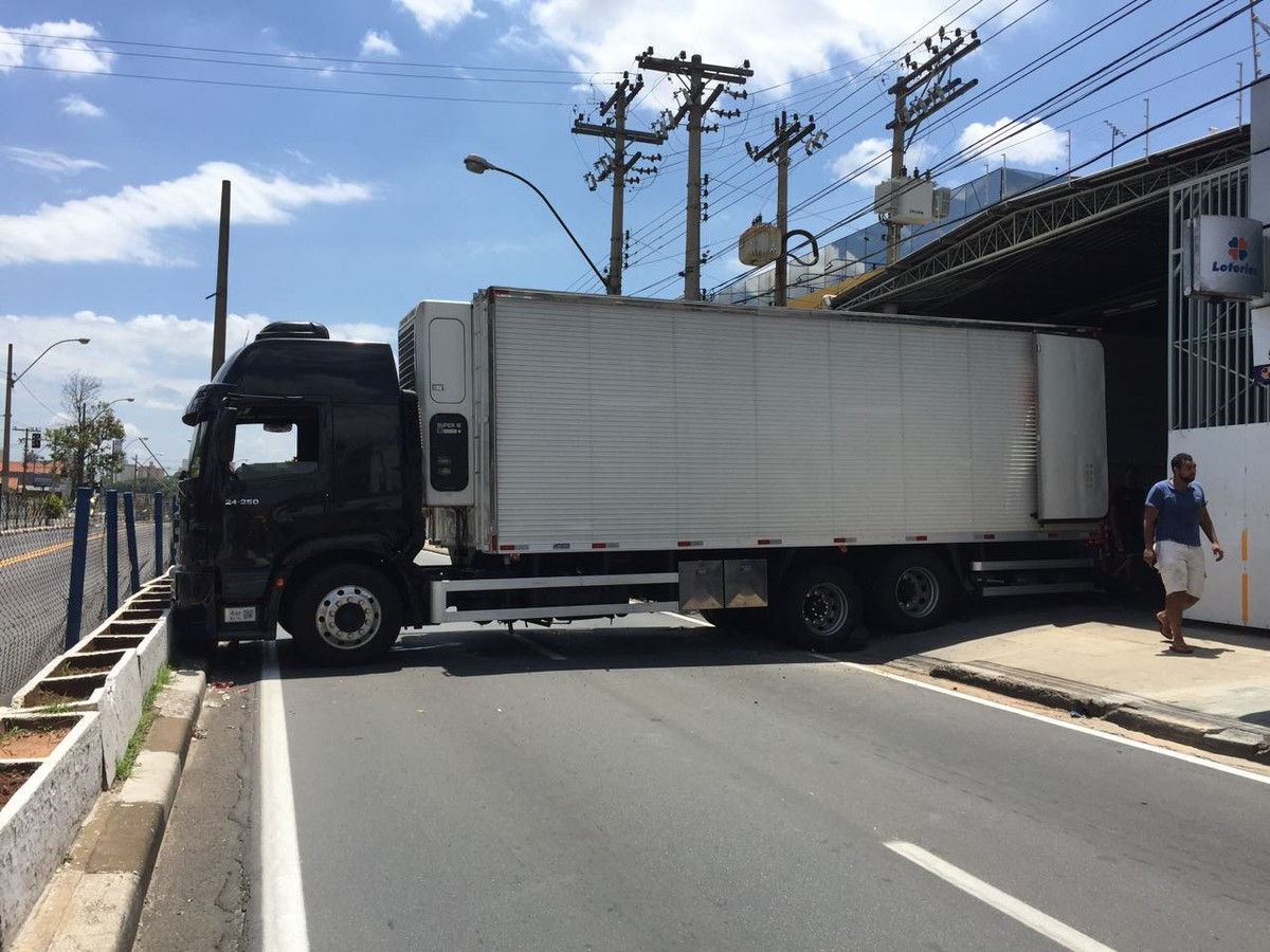 Carreta interdita trecho da Avenida Amoreiras, em Campinas, por cerca de 2 horas