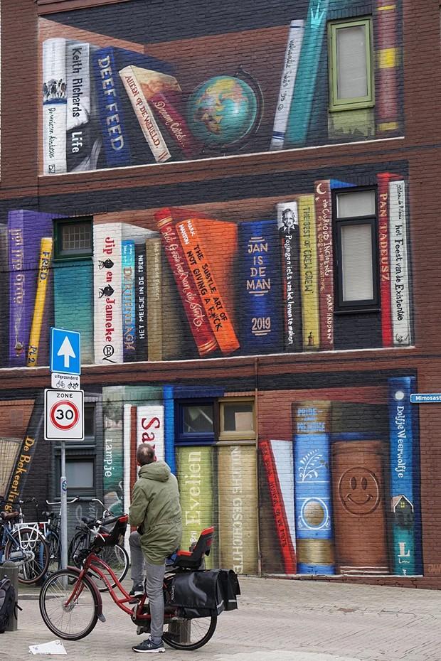 Artistas transformam prédios em estantes de livros na Holanda  (Foto: Reprodução )