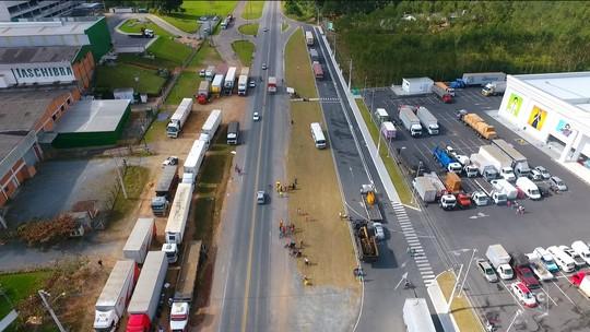 Em véspera de feriado, postos recebem gasolina e caminhoneiros seguem em protesto; veja os impactos do 10º dia de greve em SC