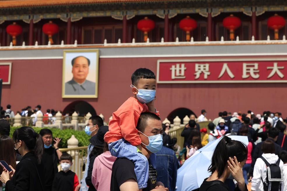 Homem e uma criança usando máscaras em Pequim — Foto: AP Photo/Ng Han Guan, File