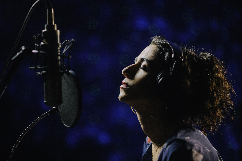 Marisa Monte vislumbra a alvorada com single 'Calma', aliciante soul que sinaliza o tom pop do álbum 'Portas'