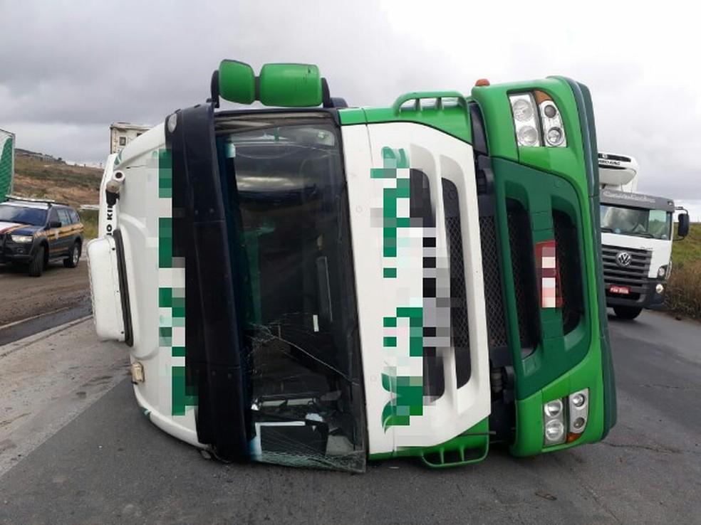 Caminhão tombou na pista e ocupou uma das faixas da BR-232, em Vitória de Santo Antão, na Zona da Mata de Pernambuco  (Foto: Polícia Rodoviária Federal/ Divulgação)