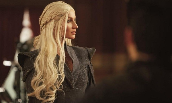 Gisele no making of da nova campanha, em que encarna Daenerys Targaryen, de Game of Thrones (Foto: Divulgação)