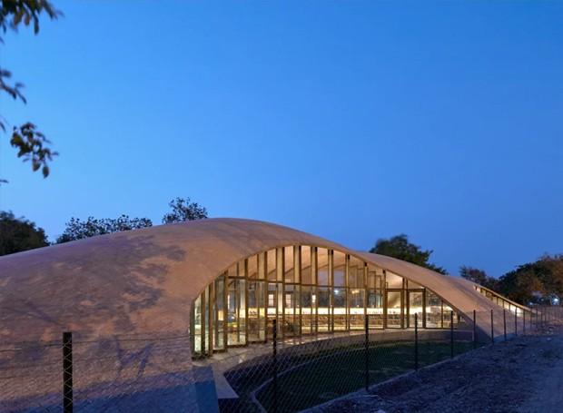 O telhado ondulado fica apoiado sobre as portas e janelas de vidro (Foto: sP+a/ Reprodução)