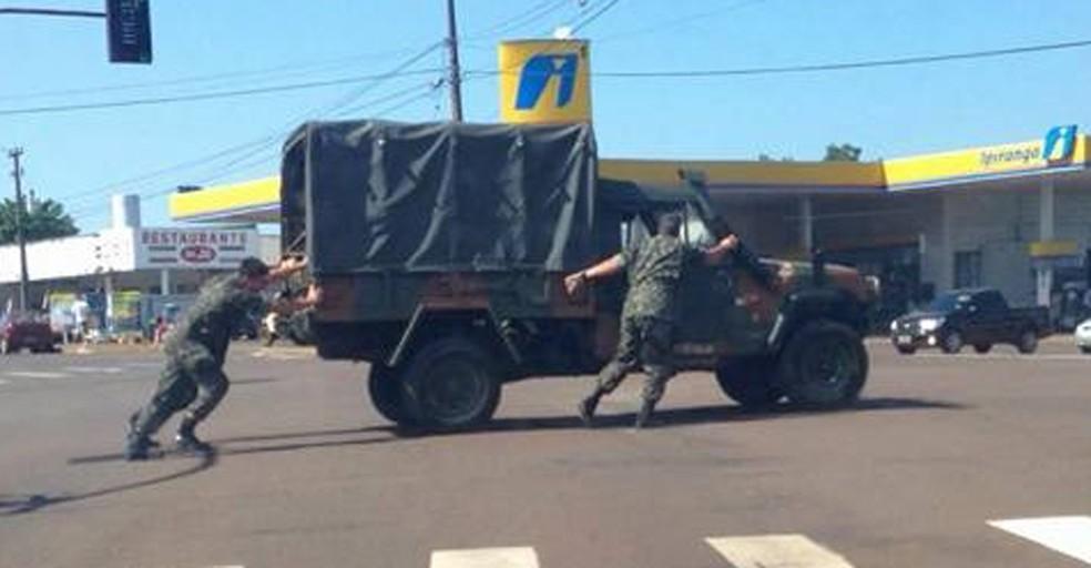 Imagem que mostra militares empurrando veículo circula nas redes sociais desde 2016 (Foto: Reprodução/ Facebook)