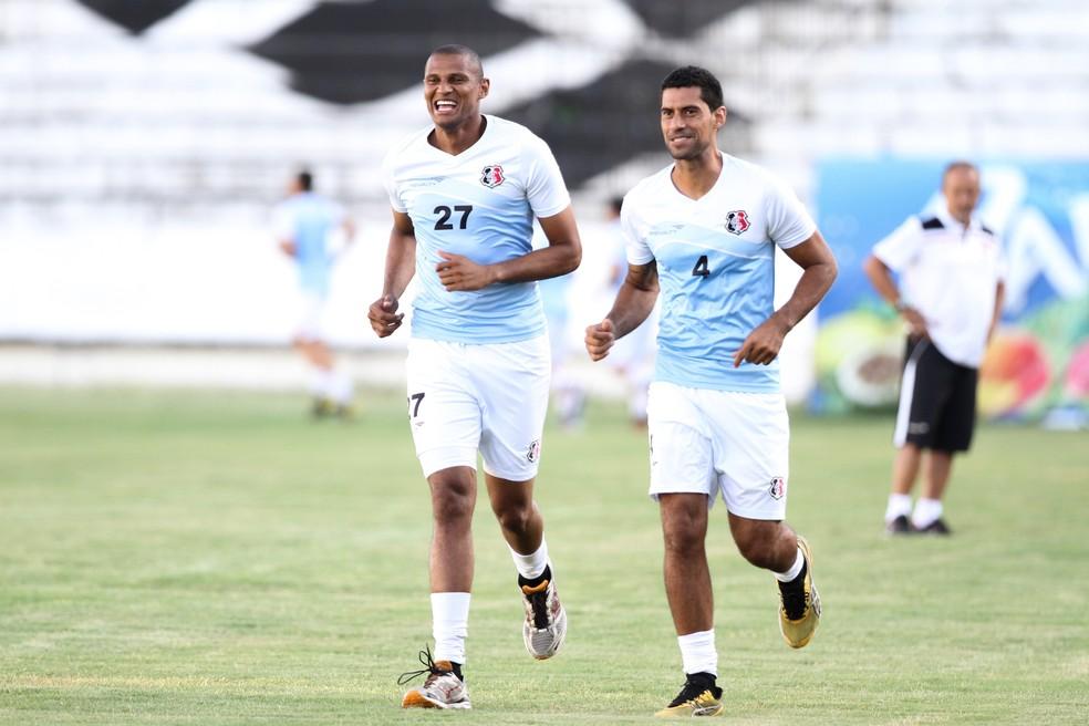 Tiago Cardoso (E) sofreu lesão em 2015 e foi substituído por Fred (D) — Foto: Aldo Carneiro / Pernambuco Press