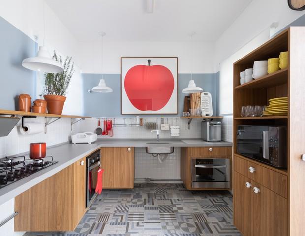 Décor do dia: cozinha acessível tem tons azulados e madeira (Foto: Alexandre Disaro/Divulgação)